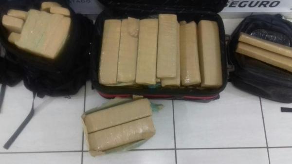 Droga foi encontrada no bagageiro do veículo, após um passageiro desconfiar de outro. (Fotos: PRF)