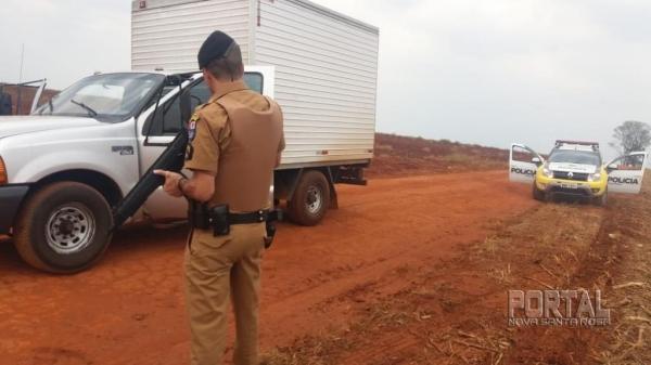 Dois elementos foram presos e o veículo recuperado. (Fotos: Polícia Militar)