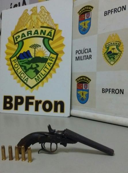 Um indivíduo residente de 43 anos, arma, munições e dinheiro foram encaminhados aos procedimentos legais cabíveis.(Foto: BPFron)
