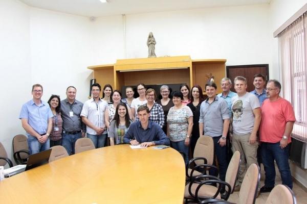 O prefeito Anderson Bento Maria também assinou uma carta de compromisso com a Agenda 2030 da ONU e seus 17 Objetivos de Desenvolvimento Sustentável (ODS) e mais de 200 metas para alcançá-los. (Foto: Assessoria)
