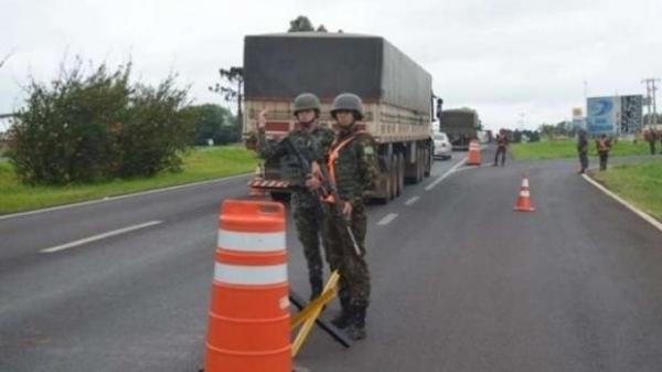 Três homens foram presos pelo Exército Brasileiro na noite de terça-feira (18). (Foto: Catve)