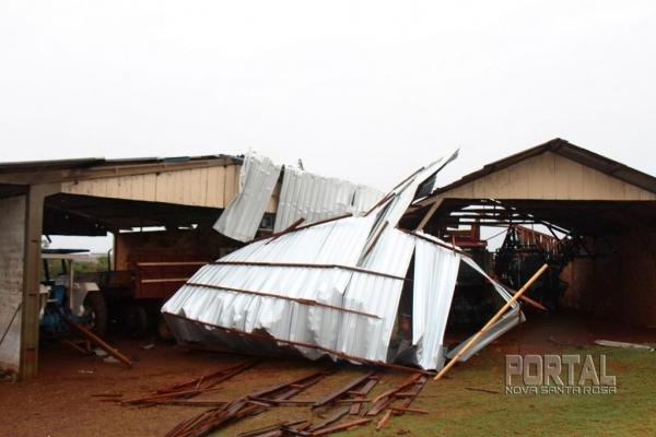 Parte do telhado foi parar em um barracão. (Fotos: Portal Nova Santa Rosa)