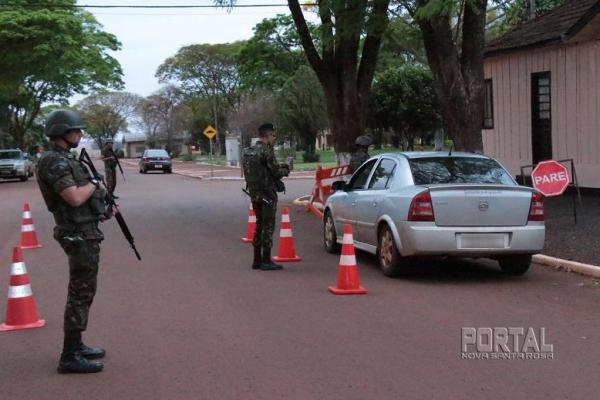 Os veículos estão sendo revistados. (Fotos: Portal Nova Santa Rosa)