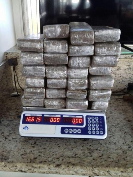 A droga estava em 27 tabletes e  totalizou 16,610kg. (Fotos: PRF)