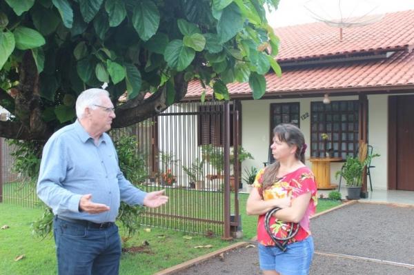 : Vereador Pedro Rauber convida os moradores, como Joselaine Spohr, que reside no Loteamento Augusto há 20 anos e não tem o imóvel escriturado. (Foto: Egomar Schmidt)