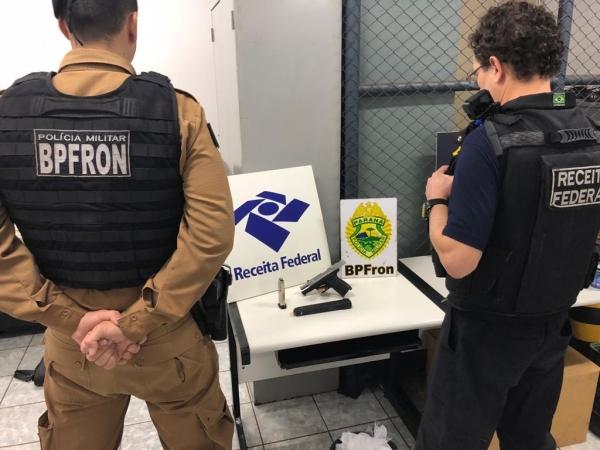 Após revista aos passageiros, foi encontrado na axila da mulher uma pistola 9 milímetros de uso restrito da polícia. (Fotos: BPFron)