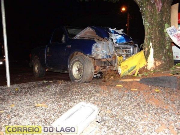 A dianteira da caminhonete ficou parcialmente destruída.(Foto: Correio do Lago)