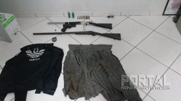 Armas e roupas usadas no roubo em Terra Roxa. (Foto: PM)