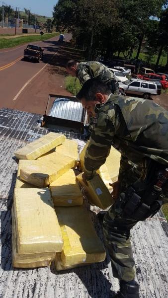 A droga estava em um compartimento na baú do caminhão. (Fotos;PM)