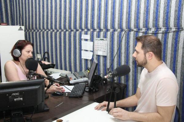 Ayres Dalla – Coordenador do Banco de Sangue de Toledo, em entrevista na Rádio Comunitária de Nova Santa Rosa, (Fotos:Emanuela Schaedler Schnekemberg)