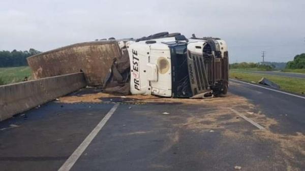 O trânsito em uma das faixas precisou ser bloqueado até a retirada da Scania.. (Foto: Reprodução)