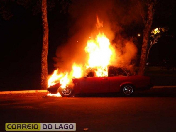 As chamas iniciaram pelo motor e rapidamente se alastraram pelo carro.(Fotos: Correio do Lago)