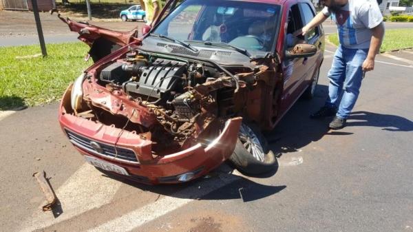 A frente do automóvel ficou bastante danificada e peças do Palio ficaram presas à Prancha.(Fotos: CGN)
