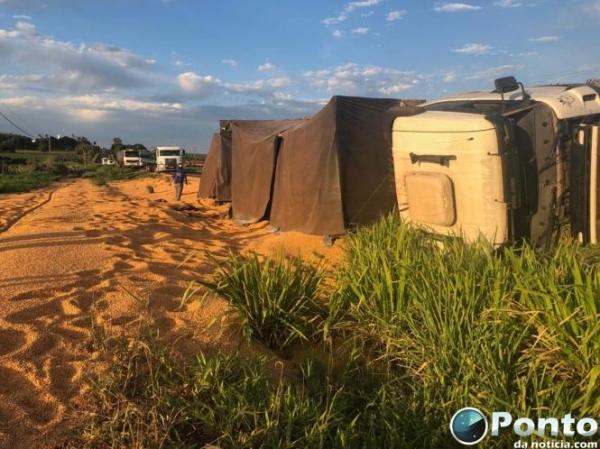 A carreta carregada de milho saiu de Eldorado/MS e tinha como destino Santa Catarina. (Foto: Ponto da Notícia)