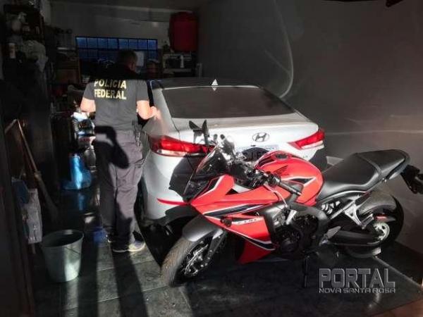 Em uma das residências alvo da operação, a PF apreendeu um Hyundai Elantra, e uma motocicleta Honda CBR. (Foto: Divulgação)