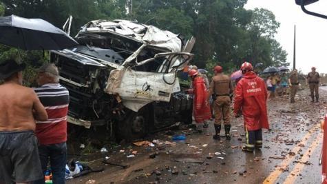 O caminhão ficou completamente destruído. (Foto: PP News)