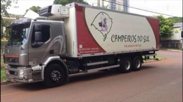 Caminhão Volvo placas IUB 2496, de Alvorada, Rio Grande do Sul. (Foto: Catve)