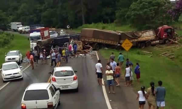 Acidente entre caminhões bloqueou parte da BR-376 — Foto: Sandro Henrique Freitas Duarte
