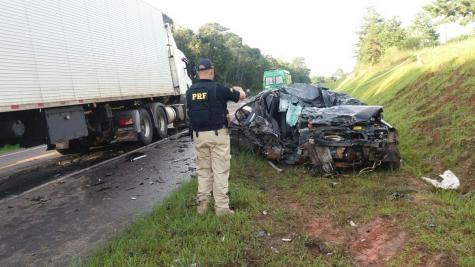 A condutora do carro de passeio, uma mulher de 35 anos, morreu no local da ocorrência.(Foto: PRF)