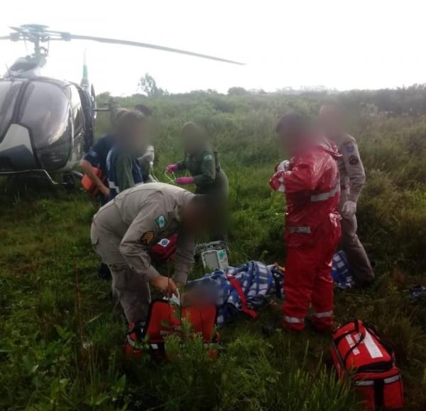 Homem foi atendido pelos bombeiros e levado de helicóptero ao hospital após ser atingido por raio, em São José dos Pinhais — Foto: Resgate Voluntário Parceiros da Vida/Divulgação
