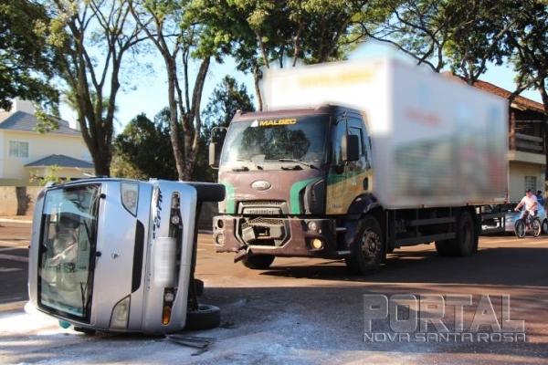 O veículo tombou após o impacto. (Fotos: Portal Nova Santa Rosa)