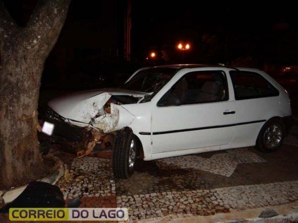 Após a colisão, o condutor se evadiu abandonado o veículo no local. (Foto: Correio do Lago)