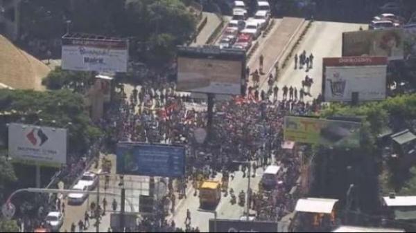 Na quinta-feira (7) milhares de manifestantes se reuniram na Ponte da Amizade para protestar contra a prefeita Sandra Zacharias (Foto: Divulgação )
