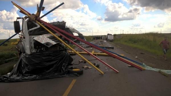 PRE informou que caminhão bateu na lateral de outros quatro caminhões, na PR-280, em Palmas (Foto: PRE/Divulgação )