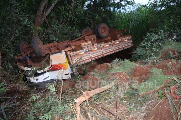 O motorista teve ferimentos leves neste acidente (Foto: Cristine Kempp/AquiAgora.net )