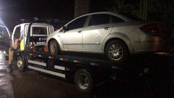 O veículo e o cigarro foram encaminhados à Receita Federal em Cascavel . (Fotos: PRE)