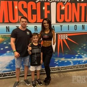 Anelise com a família no Arnold Sports Festival . (Foto: Divulgação)