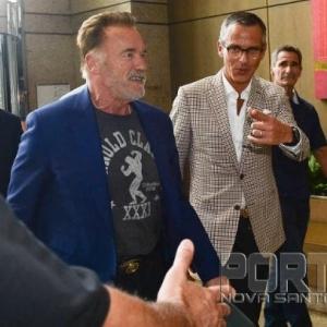 Schwarzenegger chegando. (Foto: Reprodução)