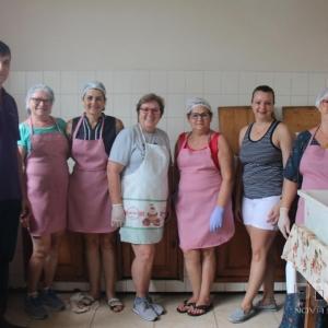 Mulheres que trabalharam na cozinha, juntamente com o novo Presidente, Ari Schmidt. (Fotos: Portal Nova Santa Rosa)