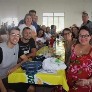 Os jogadores de futsal do time da Copagril/Marechal Rondon, Suelton e Barbosinha também marcaram presença no evento, convidados pela vereadora Salete Kronbauer. (Fotos: Portal Nova Santa Rosa)
