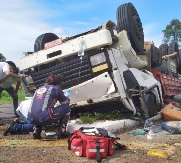 A vítima ficou presa na cabine do caminhão. (Foto: TN OnLine)