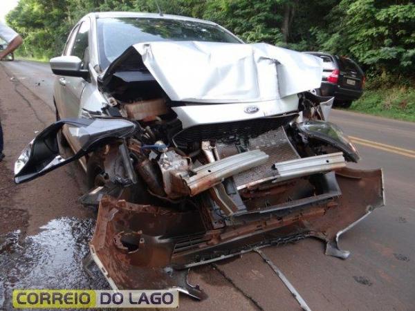 Com a batida, o veículo ficou com a parte dianteira destruída.  O condutor não se feriu.. (Foto: Correio do Lago)